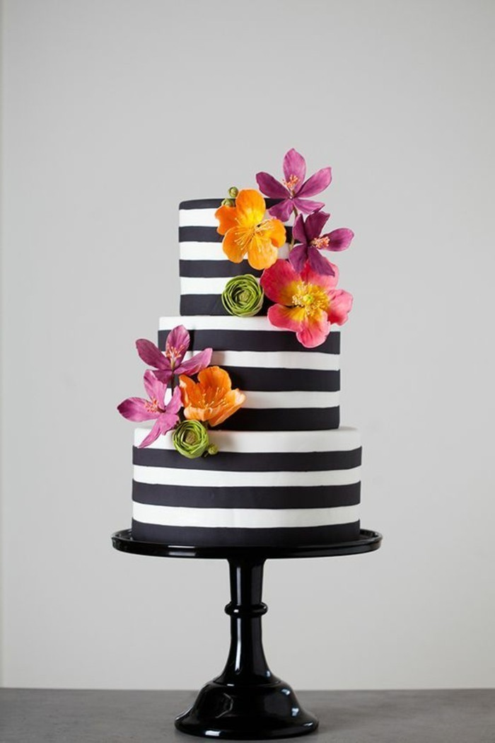 eleganter-schwarz-weißer-Geburtstagskuchen-dekoriert-mit-Blumen