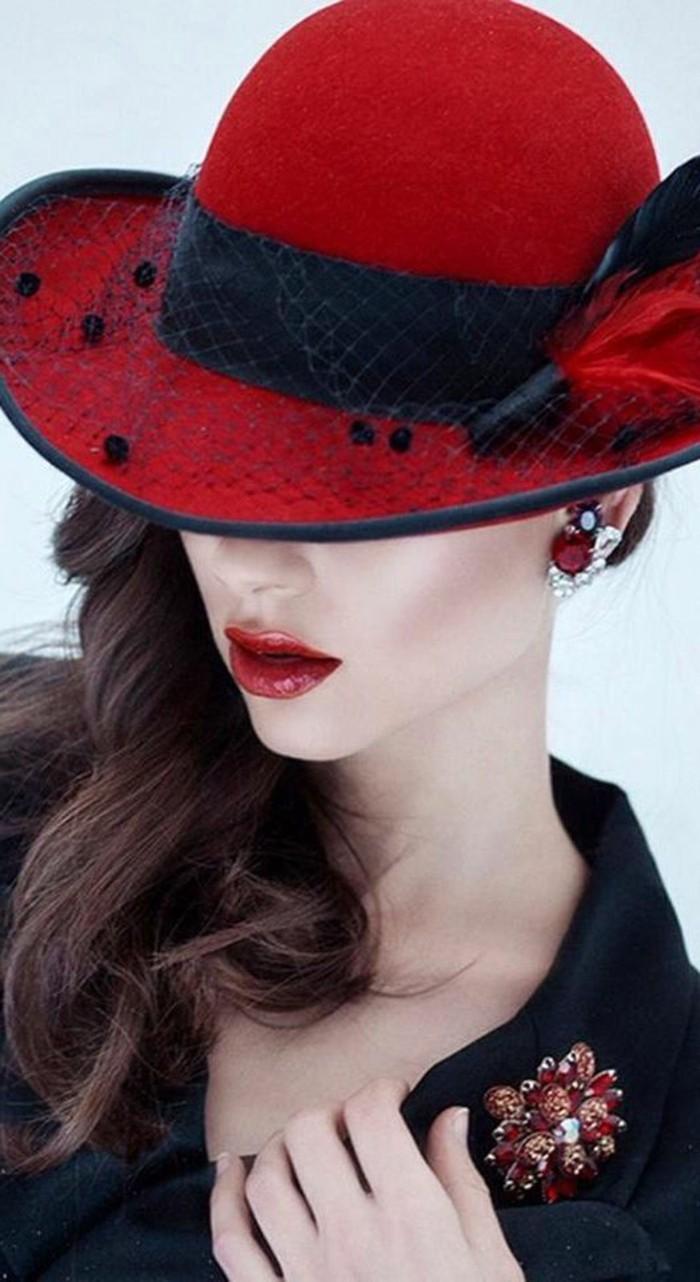 elegantes-Modell-roter-Hut-mit-schwarzem-Schleier