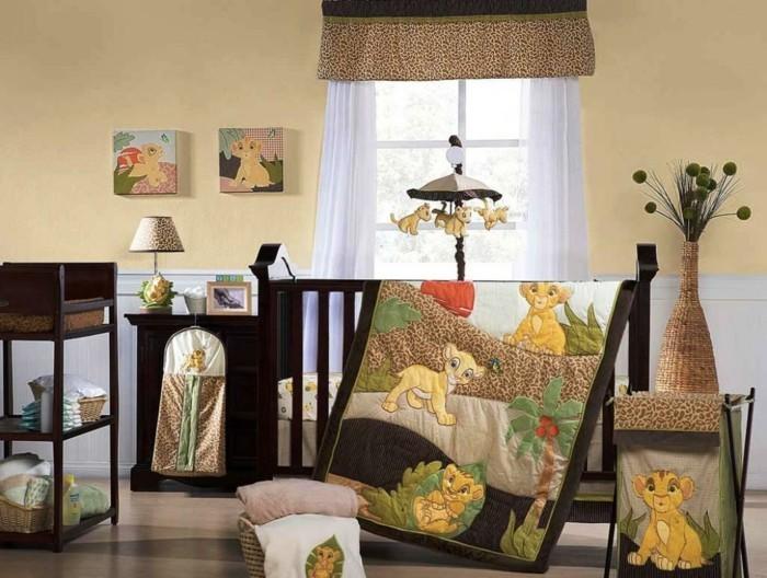 elegantes-babyzimmer-in-beige-farben-schönes-hölzernes-babybett