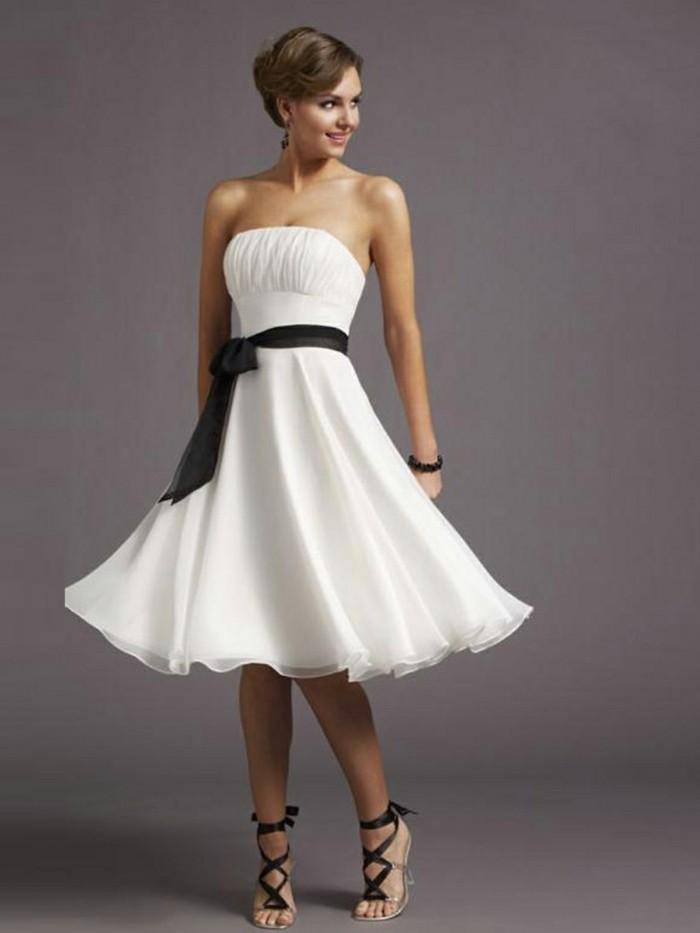 elegantes-modell-weißes-kleid-schwarze-schleife