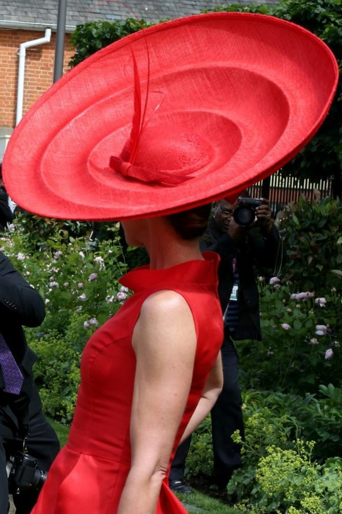 extravagantes-Modell-Damen-Hut-in-Rot