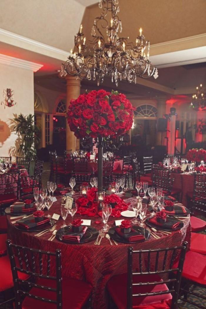 exquisite-Tischdekoration-in-Rot-mit-Rosen