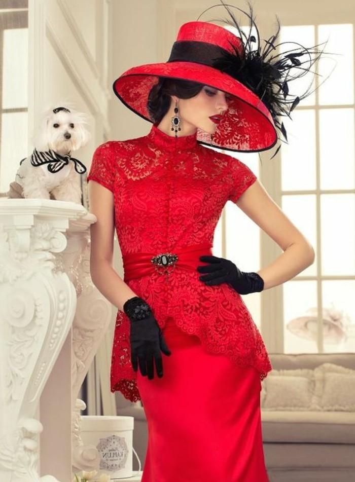 exquisites-Modell-Abendkleid-mit-Spitze-und-roter-Hut-mit-Federn