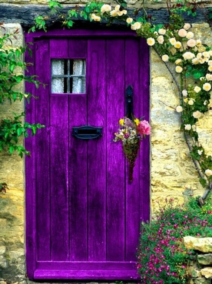 extravagante-lila-Tür-originelle-Türdekoration-Strauß-aus-frischen-Frühlingsblumen