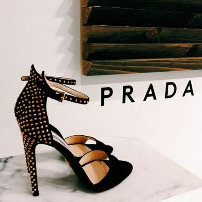 extravagantes-Modell-Sandalen-von-Prada