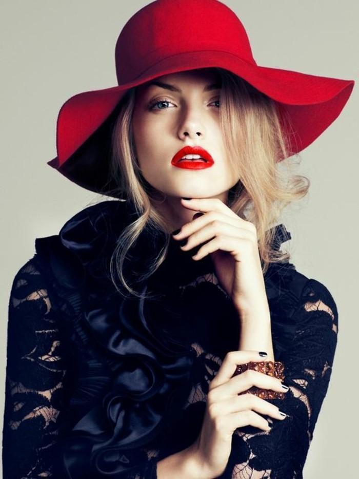 extravagante-schwarze-Bluse-roter-Hut-mit-Hutkrempe