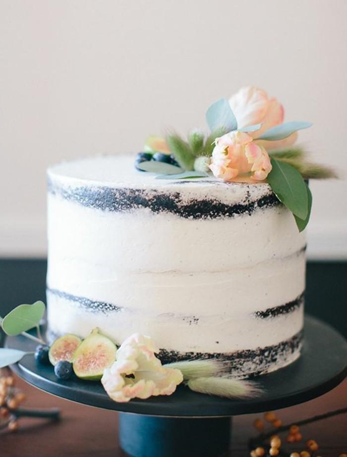 fabelhafte-Torte-mit-Feigen-dekoriert-mit-zärtlichen-Blumen