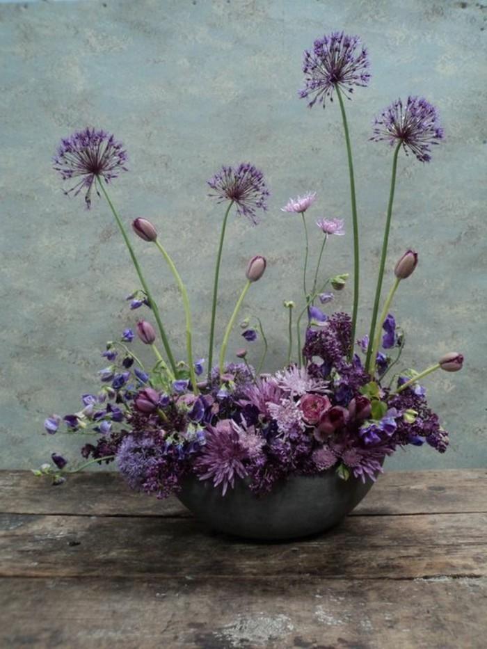 fantastische-Blumen-Komposition-Korb-mit-lila-Frühlingsblumen