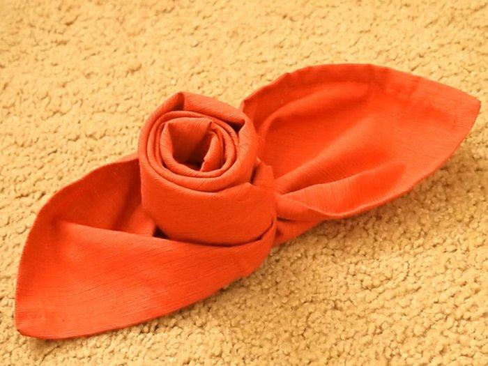 fantastische-Idee-orange-Serviette-als-Kerzenhalter-gestalten