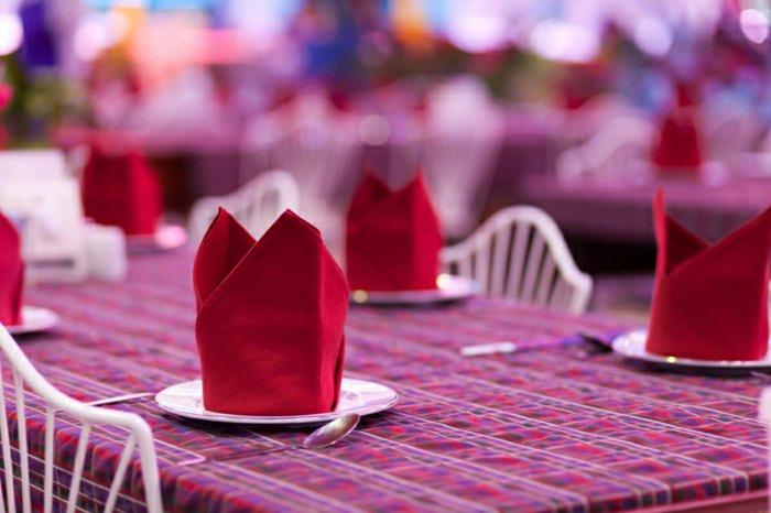 fantastische-Tischdekoration-mit-elegant-gefalteten-roten-Servietten