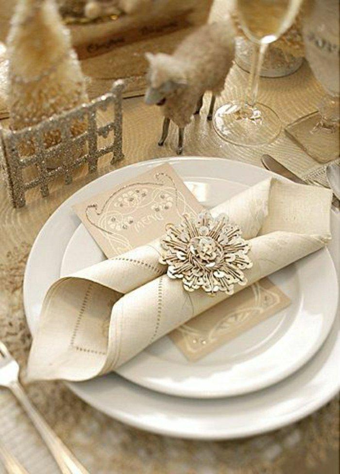 prachtvolle-Tischdekoration-in-Beige-mit-goldenen-Akzenten