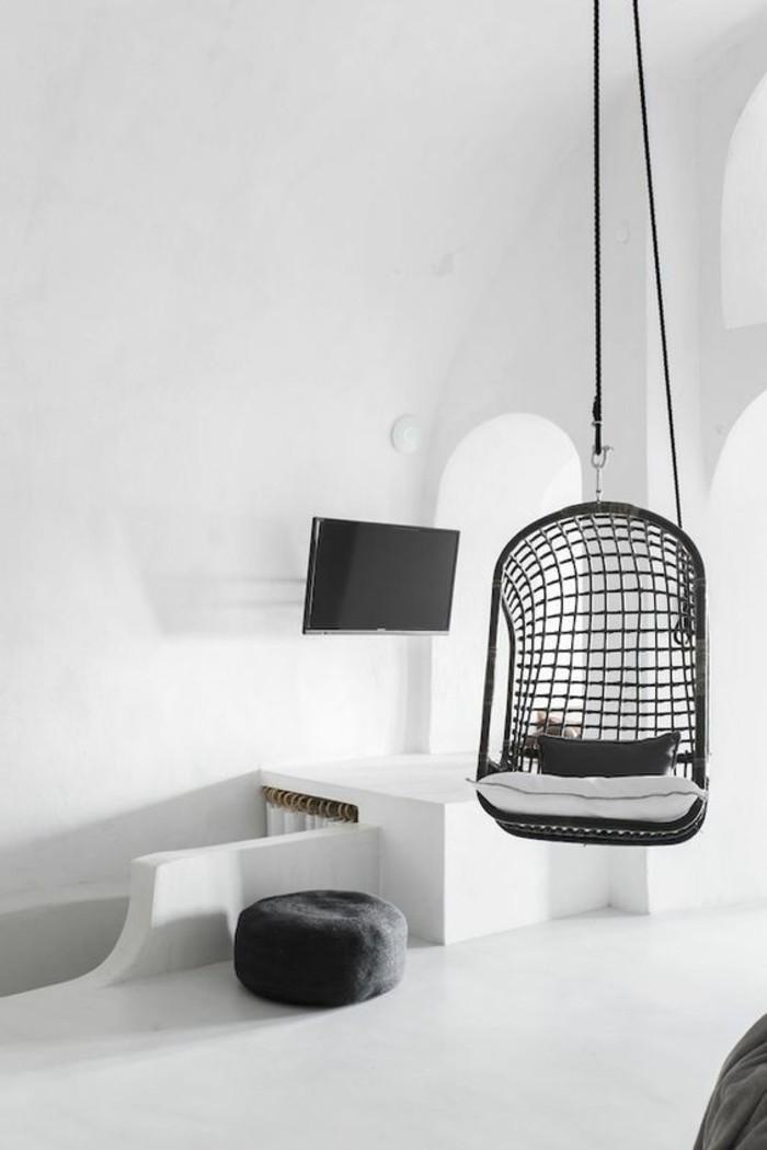 fantastische-Wohnung-in-Santorini-weißes-Interieur-mit-schwarzen-Akzenten-Schaukel-aus-Rattan