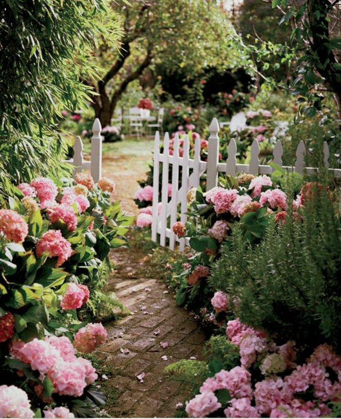 fantastischer-Garten-voll-mit-Hortensien