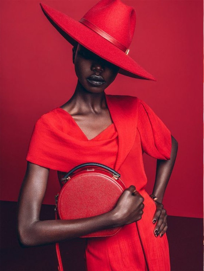 fantastischer-stilvoller-Outfit-in-roter-Farbe-roter-Hut-rote-Tasche