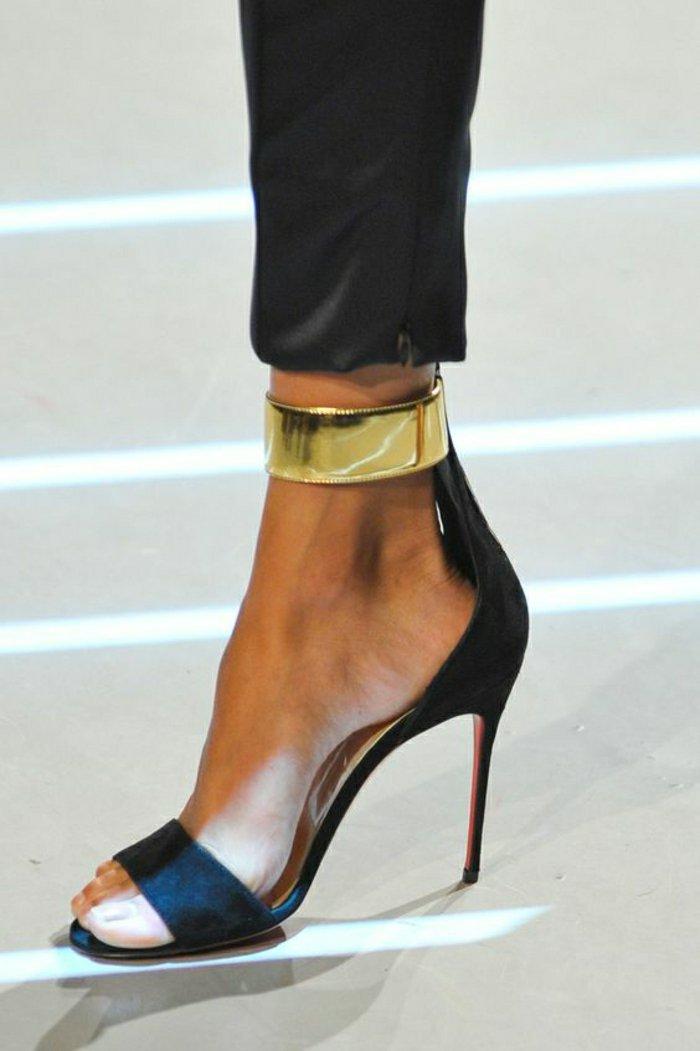 fantastisches-Modell-Damen-Sandalen-mit-goldenem-Knöchelriemen