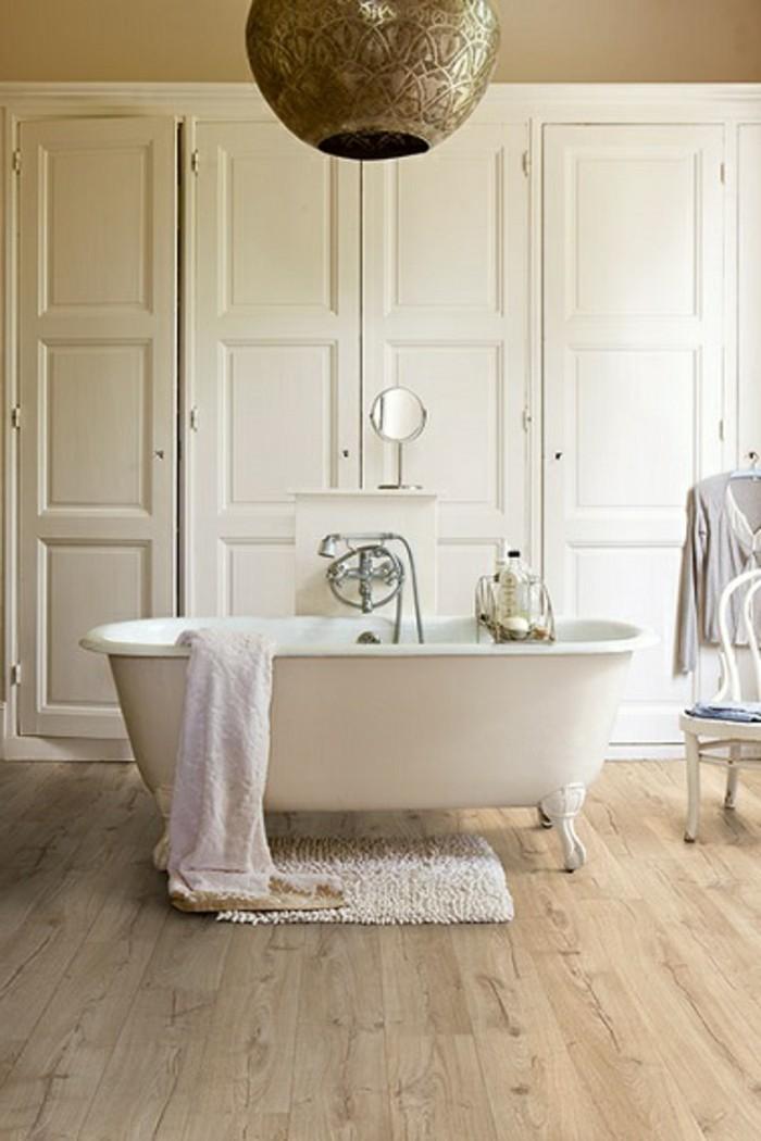 fliesen-in-holzoptik-für-ein-schönes-badezimmer-garderobe-hinter-der-weißen-freistehenden-badewanne