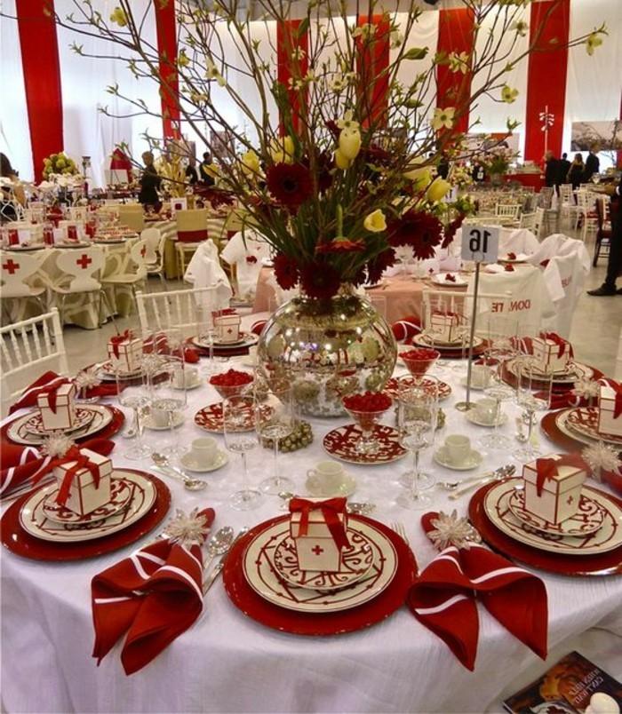 formales-Ereignis-mit-Tischdeko-in-Weiß-und-Rot