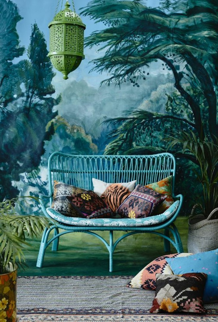 frische-Raumgestaltung-blaues-Modell-Rattansessel-exotisches-Ambiente-Texturen-mit-buntem-Muster