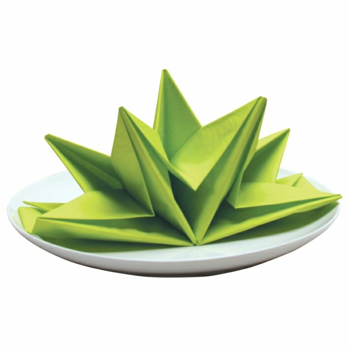 frische-grüne-Serviette-originell-gefaltet