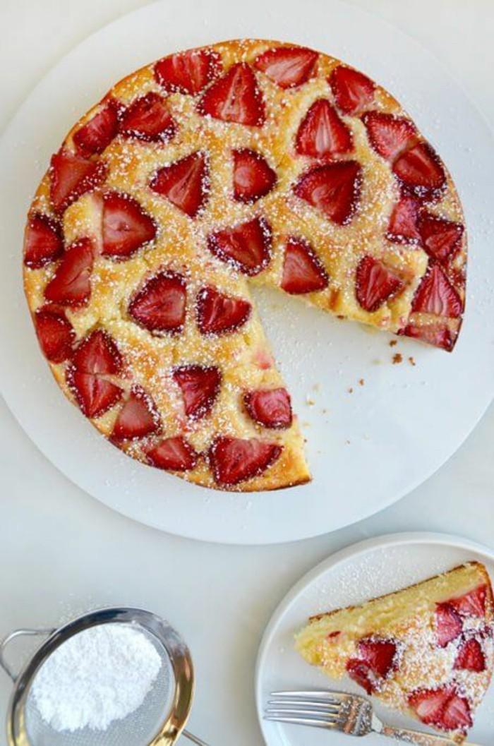 fruchtige-Torten-mit-Erdbeeren-und-gelber-creme