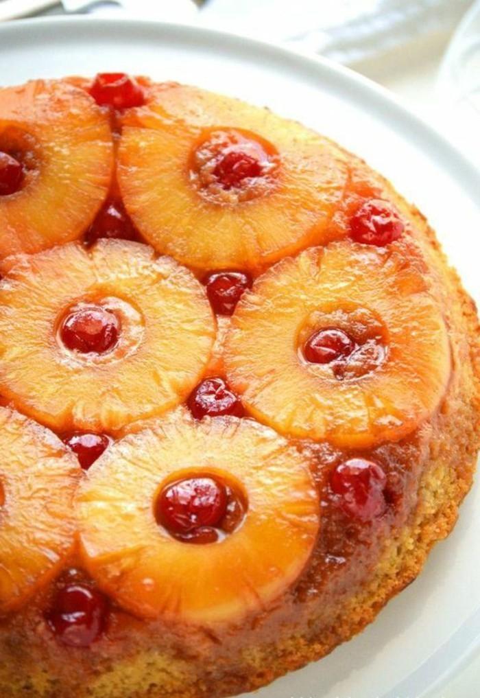 fruchtige-torten-mit-Ananas-in-Scheiben