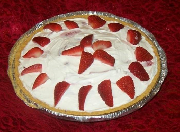 fruchtige-torten-mit-Erdbeeren-und-Sahne