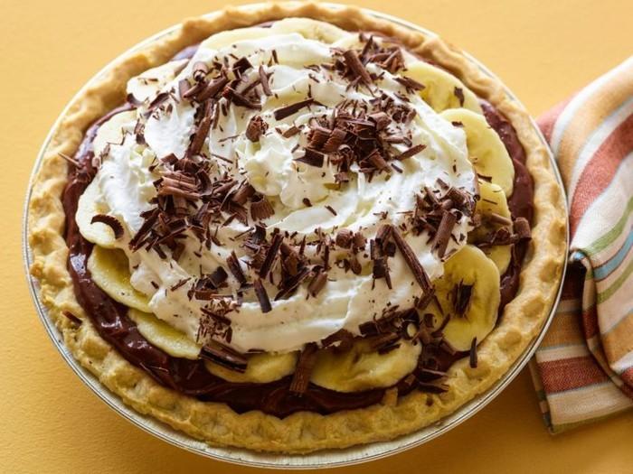 fruchtige-torten-mit-bananen-und-sahne