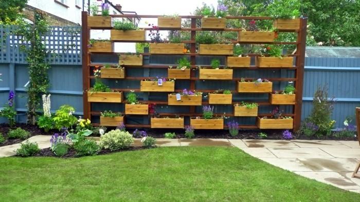 gartengestaltung-bilder-interessanter-zaun-grünes-gras