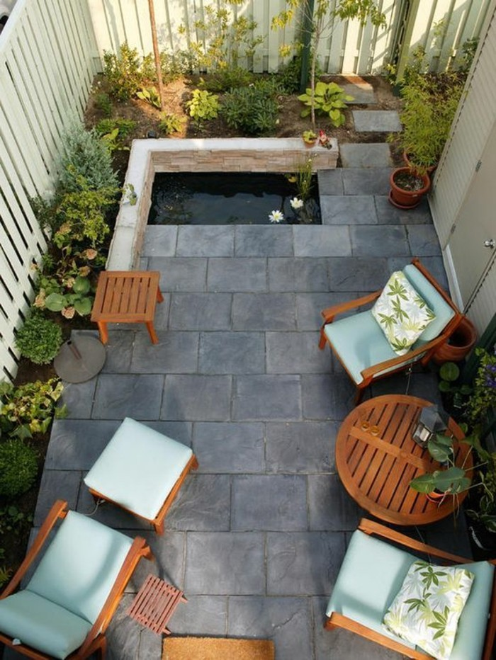 gartenideen-für-kleine-gärten-weiße-sessel-und-grauer-boden