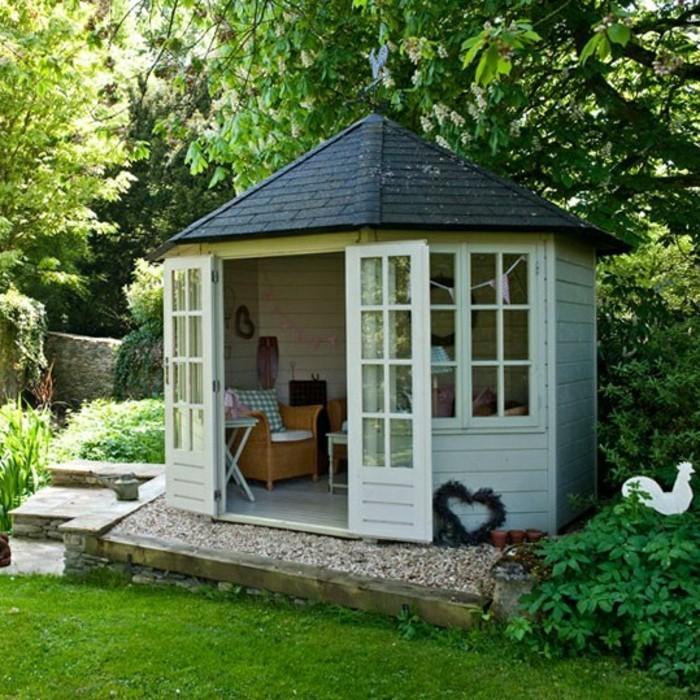 gartenideen-für-kleine-gärten-wunderschönes-häuschen-mit-einem-schwarzen-dach