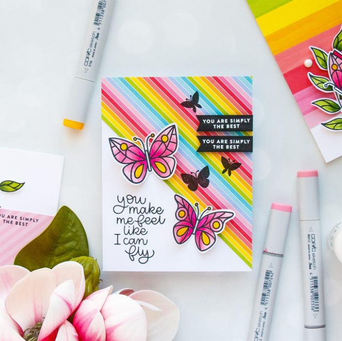 streifen in den farben des regenbogens, geburtstag karte, rosa schmetterlinge, bunte marker