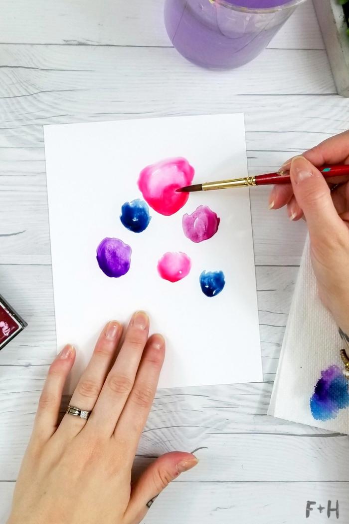weißes papier, blumen malen mit wasserfarben, geburtstagskarten selbst gestalten, dünner pinsel
