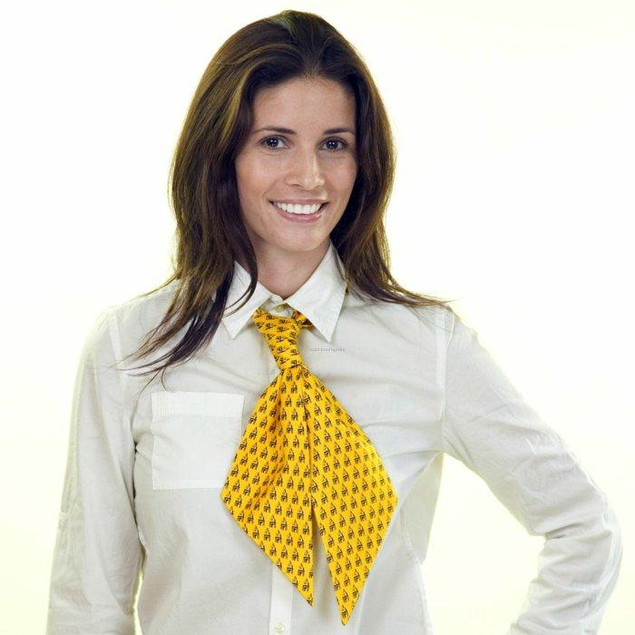 gelbes-Seidentuch-als-Kravatte-tragen