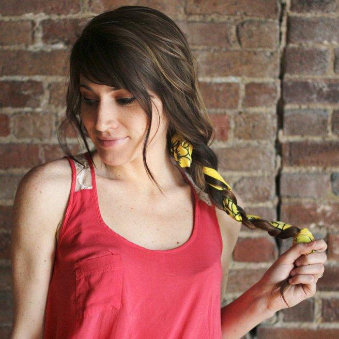 gelbes-Seidentuch-für-die-Haare-verwenden