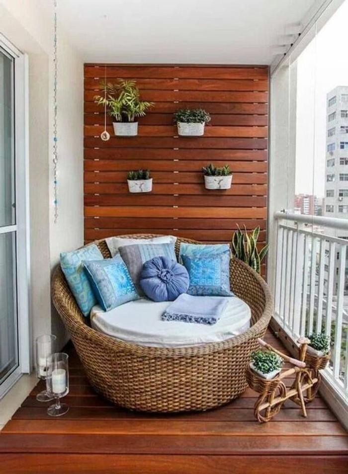 gemütliche-Balkon-Gestaltung-großer-bequemer-Sessel-aus-Rattan