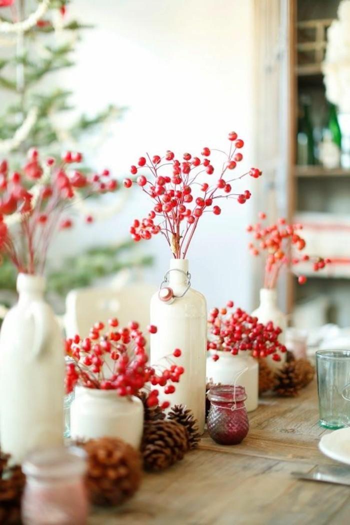gemütliche-Tischdekoration-mit-Zapfen-und-roten-Blüten