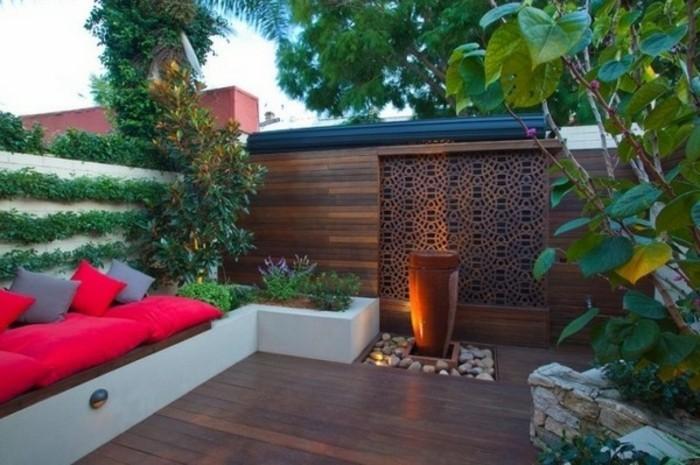 gemütliches-ambiente-auf-dem-kleinen-vorgaren-rotes-sofa-und-feuerstelle