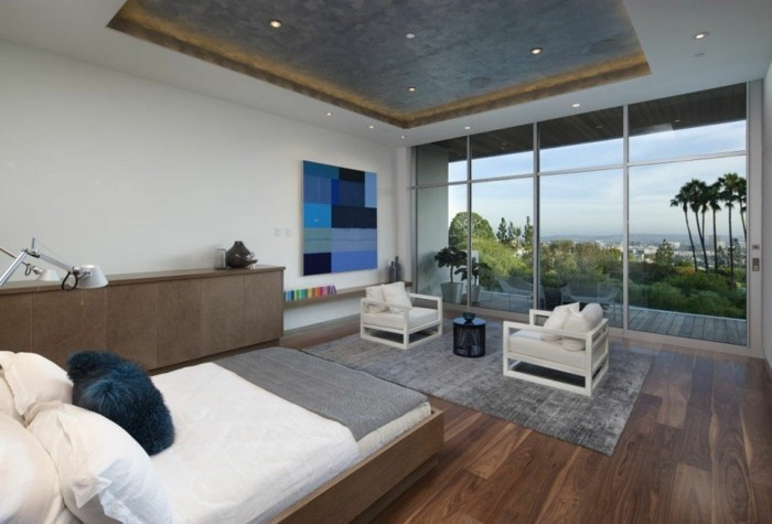 gemütliches-ambiente-im-schönen-wohnzimmer-gläserne-wände-zimmerdecke