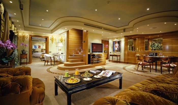 gemütliches-wohnzimmer-mit-kreativen-deckenleuchten-wunderschöne-deckenverkleidung