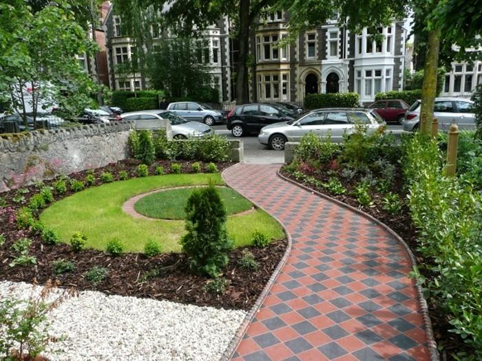 grünes-gras-und-moderner-bodenbelag-gartenideen-für-kleine-gärten