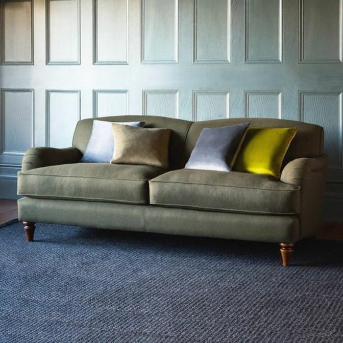 graue-Zweitsitzer-Couch-mit-silberen-Kissen