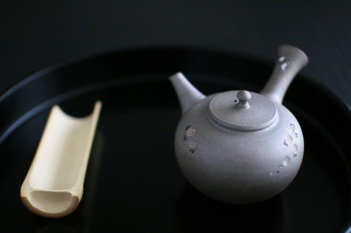 graue-japanische-teekanne-mit-winzigen-pflanzen-bemalt