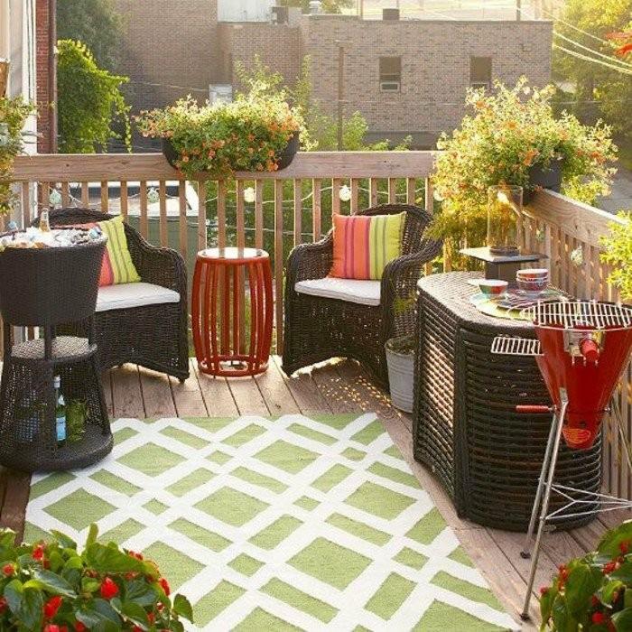 grillen-auf-dem-balkon-lounge-möbel-aus-rattan