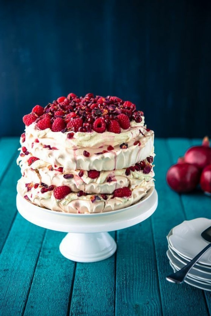 große-Torte-mit-weißer-Creme-und-Himbeeren