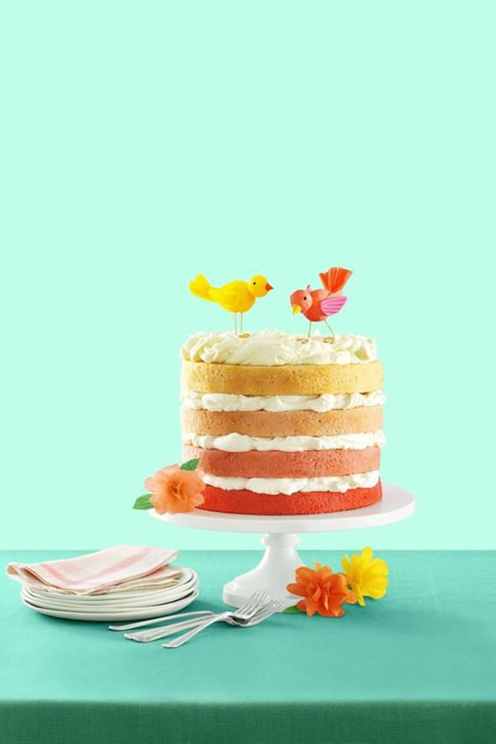 große bunte torte mit vier schichten geburtstagskuchen rezept klassische torte zum geburtstag dekoration zwei küken