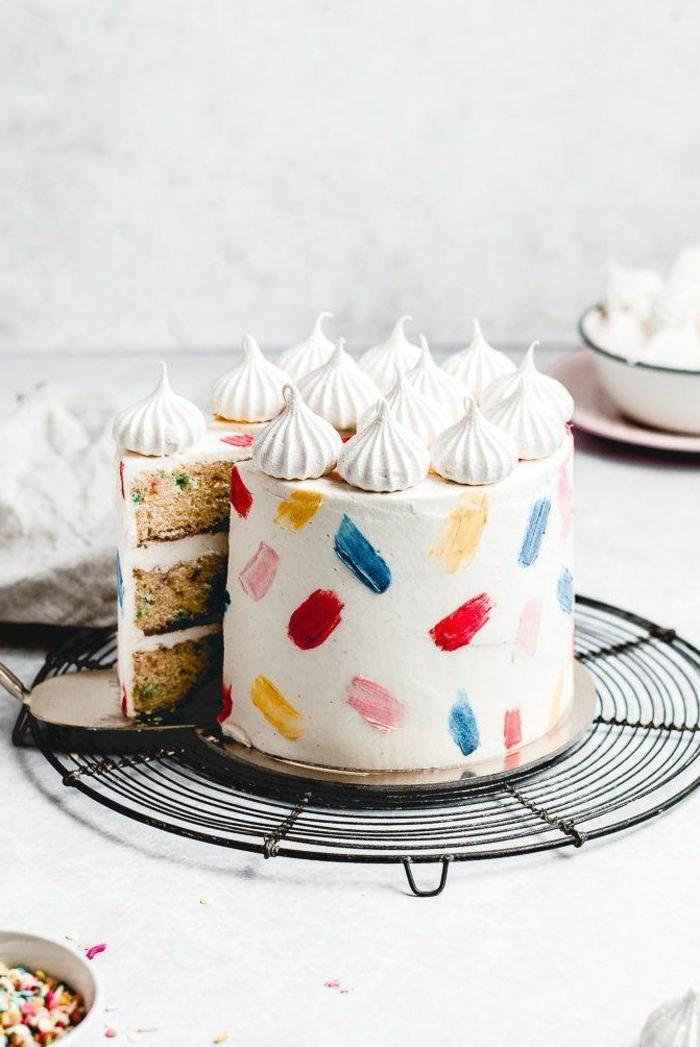 große torte vanille glasur und bunte dekoration einfache kuchenrezepte zum geburtstag idee geburtstagstorte selbe machen