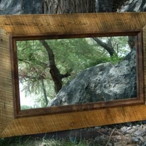 Spiegel mit Holzrahmen - praktisch und elegant