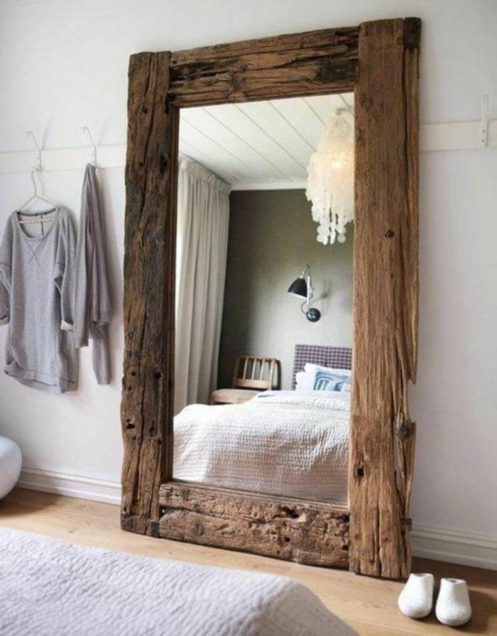 großer-spiegel-mit-grobem-design
