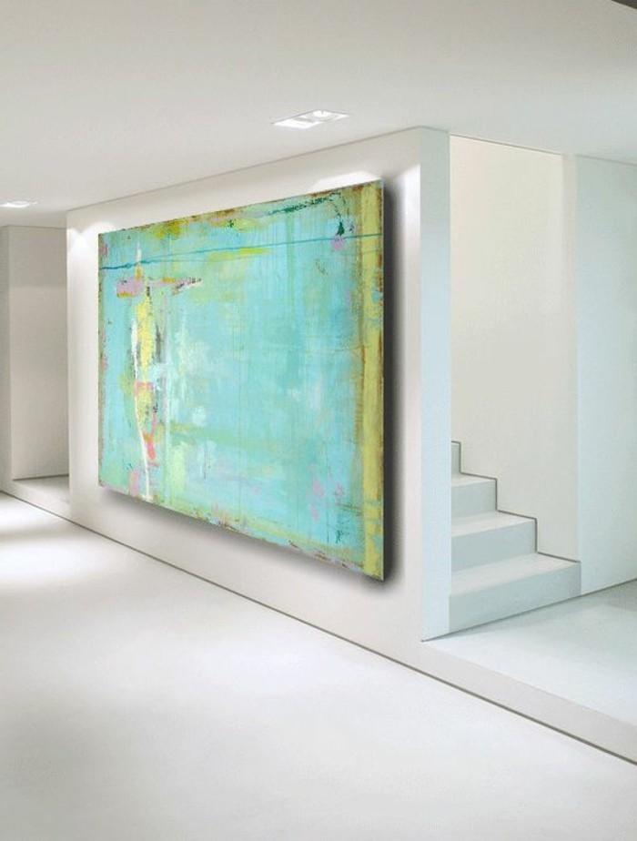 großes-Bild-auf-Leinwand-an-der-weißen-Wand