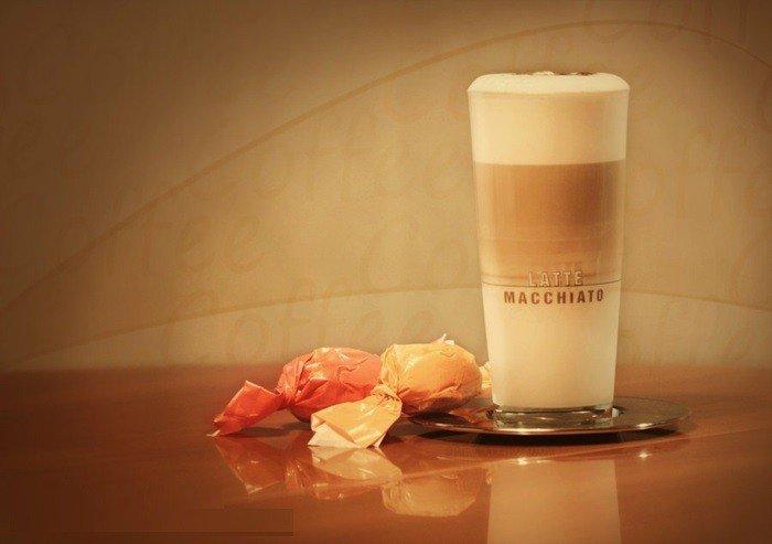 großes-Glas-mit-Latte-Macchiato